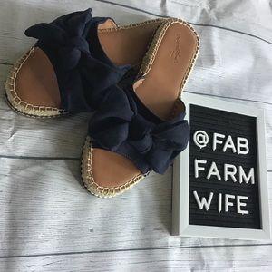 EUC Women's navy blue bow sandals. Size 9.5